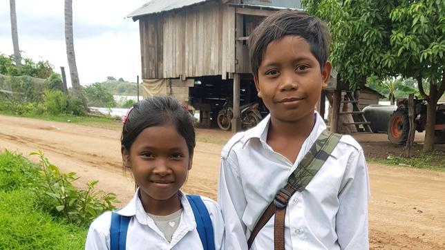 Seila und ihr Freund Pheak auf dem Weg zur Schule.