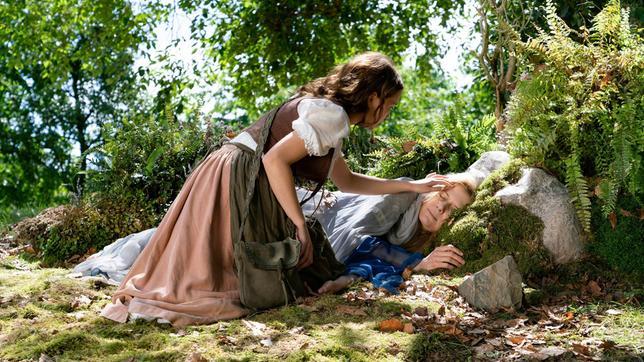 Maren (Janina Fautz) weckt die Regentrude (Ina Weisse).