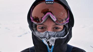 Nachdem sie sehr unter der Kälte zu leiden hatte, ist Erika froh, am Ziel angekommen zu sein.