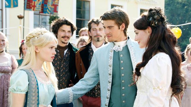 Prinz Nikolas (Philipp Danne) stellt der kleinen Meerjungfrau Undine (Zoe Moore) seine Braut (Maria Ehrich) vor, für Undine bricht eine Welt zusammen.