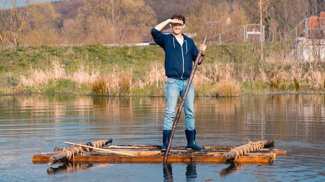 Schwimmt und ist stabil! Der Nachbau eines Steinzeit-Floßes wird nur von einem Seil zusammengehalten. Nägel gab es noch nicht.