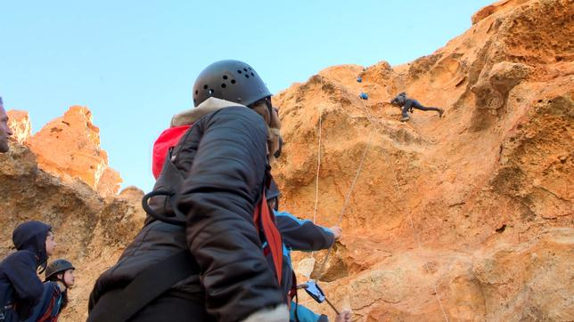Coach Tobi will die Kletterkünste der Gruppe testen