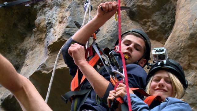 Coach Tobi will den Sechs beibringen, wie man verletzte Kletterer aus einer steilen Felswand rettet.