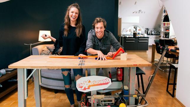 Tobi und Herausforderin Vicky am CheXperimentiertisch. Weiteres Bildmaterial finden Sie unter www.br-foto.de.