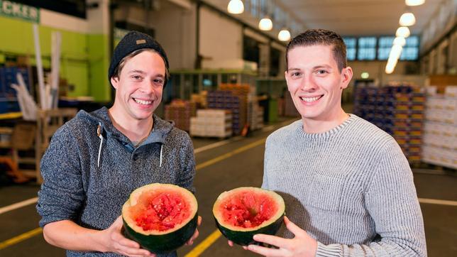 Von links: Checker Tobi und Koch Tom Wendel mit einer halben Melone.