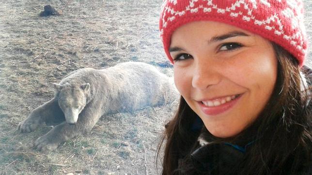 Anna vor dem Gehege von Hudson, dem bekannten Eisbären aus dem Zoo von Winnipeg. Der ist drei Jahre alt und wiegt schon 300 Kilos.