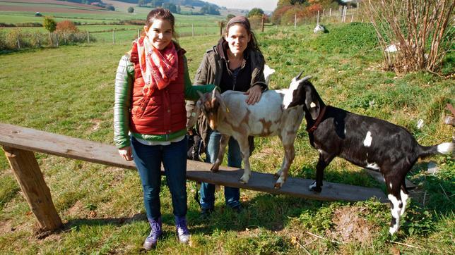 Anna mit Ziegenhalterin Caro auf der großen Weide.