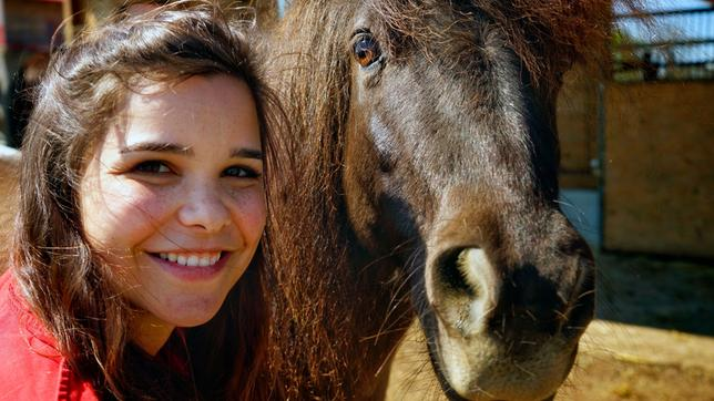 Bei ihrem Besuch auf dem Reiterhof lernt Anna die Shetlandpony-Dame Carima kennen.