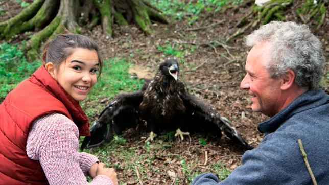 Anna begleitet Tierschützer Mario beim Beringen von Seeadlern. Der junge Greifvogel ist etwa 50 Tage alt. Weiteres Bildmaterial finden Sie unter www.br-foto.de.