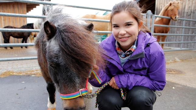 """Anna und Mini-Shetlandpony """"Lillemor"""", die Mini-Shetties sind die kleinsten Ponys der Welt."""