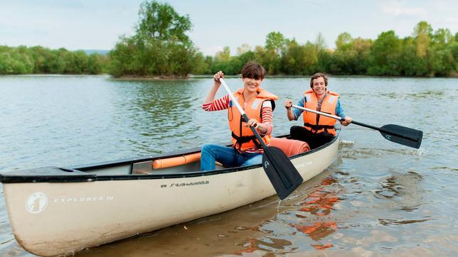 Der Fluss-Check Checker Tobi mit der Geografin Veronika Blickle im Kanu auf dem Main
