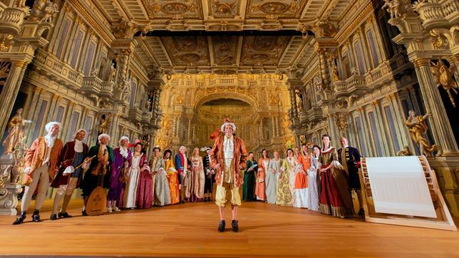 Im weltberühmten barocken Opernhaus in Bayreuth checkt Tobi mithilfe der Historischen Darstellergruppe Oberfranken, wie DIE Kunstform der damaligen Zeit klang: die Oper. Weiteres Bildmaterial finden Sie unter www.br-foto.de.