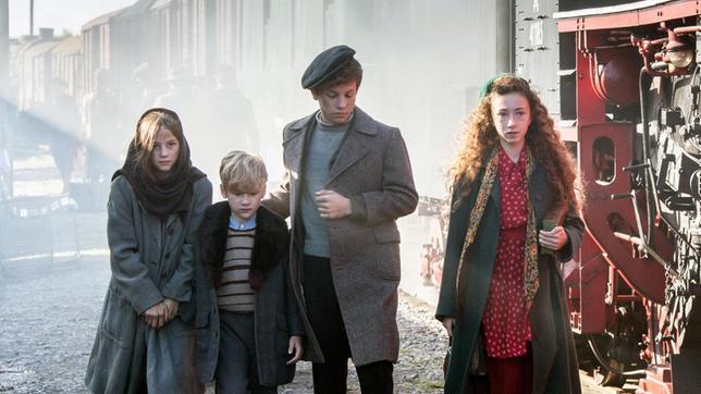 Sandrine (Mina Christ) führt die deutschen Flüchtlinge (Rosalie Neumeister, Finnlay Berger, Caspar Langer)  schnell zu sich nach Hause.