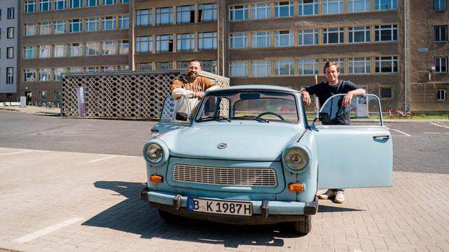 Bürger Lars Dietrich (links) und Checker Tobi sind mit einem Trabi unterwegs.