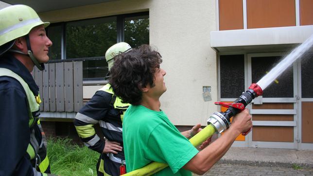 Checker Can Der Feuerwehr-Check: Can mit einem Feuerwehrschlauch