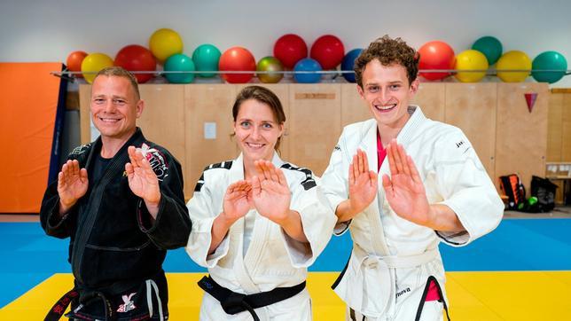 Sophia und Frank haben beide einen schwarzen Gürtel in Jiu Jitsu. Sie zeigen Julian (rechts) viele coole Tricks zur Selbstverteidigung.