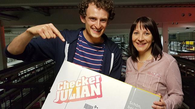 Julian gemeinsam mit Paket-Expertin Andrea beim BAUR Versand in Altenkunstadt.