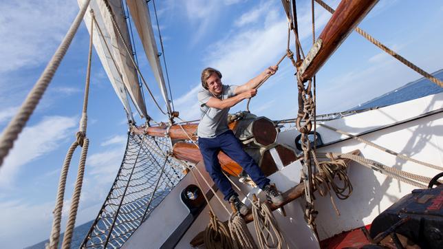 """Checker Tobi setzt die Segel auf der """"Thor Heyerdahl"""""""