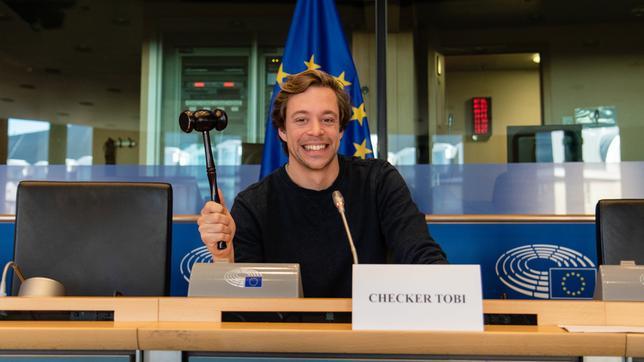 Checker Tobi in einem Sitzungssaal in Brüssel.