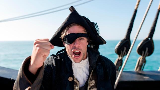 Für den Piraten-Check schlüpft Tobi in das Kostüm eines Piraten-Kapitäns und übt fiese Piraten-Moves.