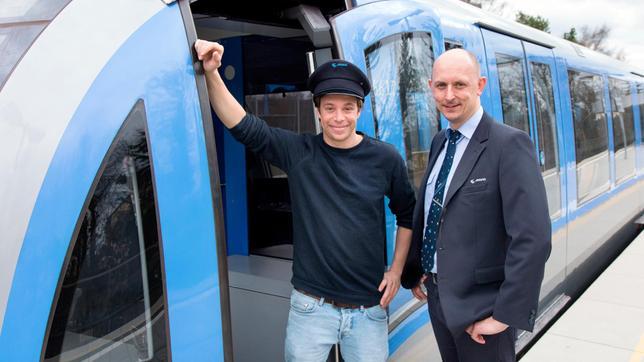 Gleich geht es los! Fahrlehrer Christian bringt Tobi das U-Bahnfahren bei.
