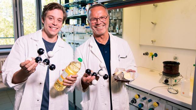 Im Chemielabor: Tobi (links) erlebt bei Professor Anton eine Fettexplosion. Ob das gut geht?