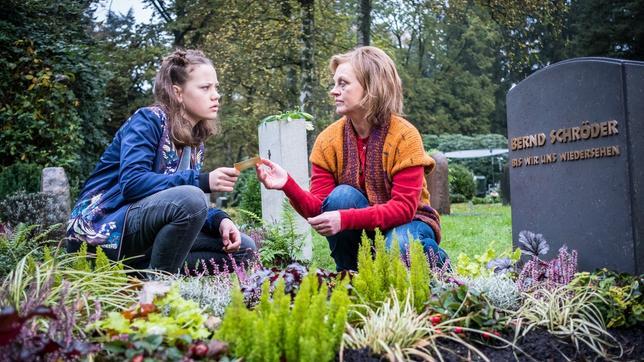 Auf dem Friedhof spricht Kira (Marlene von Appen) mit Edith (Jessica Kosmalla).