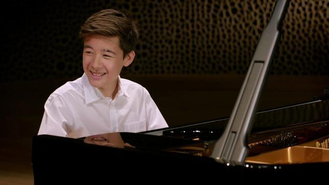 Das musikalische Wunderkind Kim Soo-Ri sitzt in der Elbphilharmonie am Flügel.
