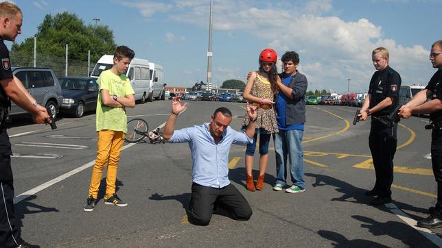 Der Munitionsschmuggler Thorsten Fricke (Tim Grobe) wird von Polizisten gestellt. Die Pfefferkörner (von links nach rechts: Jaden Dreier, Merle de Villiers und Danilo Kamber) stehen dabei