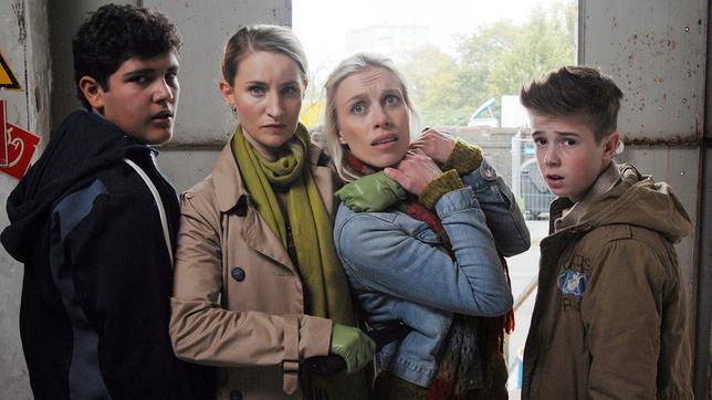 Elena Kirschner (links, Merle Wasmuth) hält Janin (Lotta Doll) fest. Niklas (Jaden Dreier) und Anton (Danilo Kamber) stehen dabei.