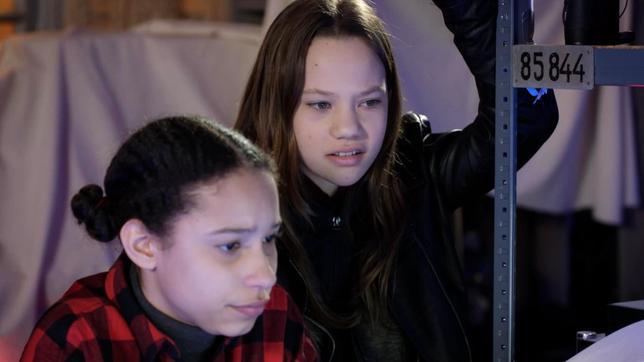Lisha und Kira arbeiten zusammen.