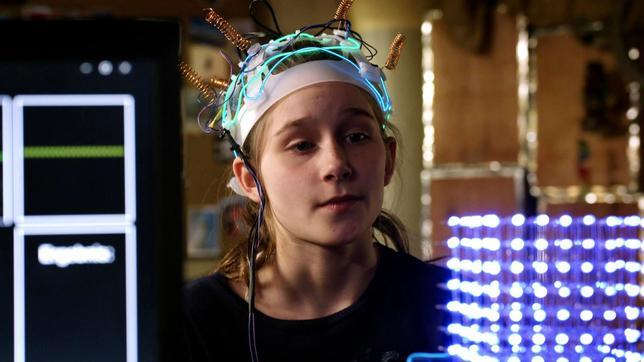 Mia hat ein elektronisches Geröät auf dem Kopf.