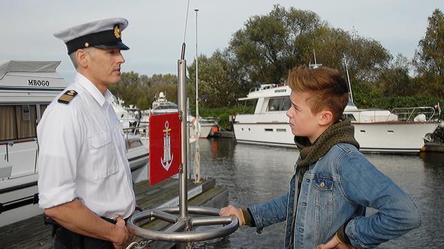 Niklas (Jaden Dreier) im Gespräch mit dem Wasserschutzpolizisten (Roland Kieber, links).