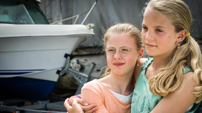 Pinja (Sina Michel) und Stella (Zoë Malia Moon) halten sich im Arm.
