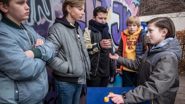 Yanis (Tom Philipp, rechts) kassiert beim Hütchenspiel ab