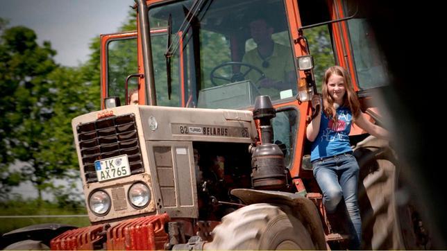 Mia auf einem Traktor