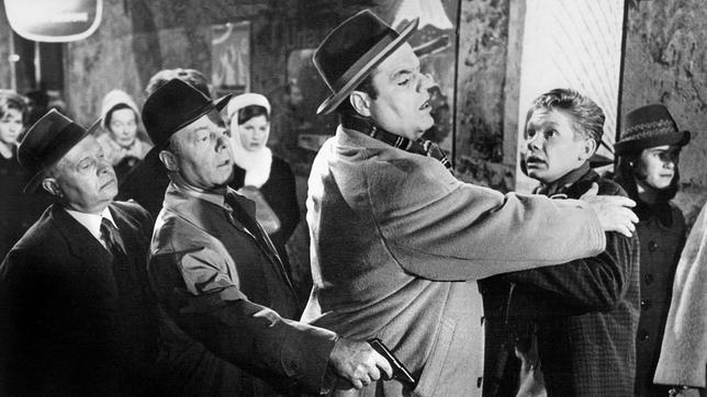 Charly Gibbons (Benno Sterzenbach, Mitte) ist ein gefährlicher Verbrecher, der über Leichen geht. Egon Schilling (Friethjof Vierock, re.) hat allen Grund, sich vor ihm zu fürchten. Zum Glück sind Langfinger-Max (Heinz Rühmann, 2. v. li.) und sein Freund Arthur (Hans Hessling, li.) rechtzeitig zur Stelle, um die Situation zu entschärfen.