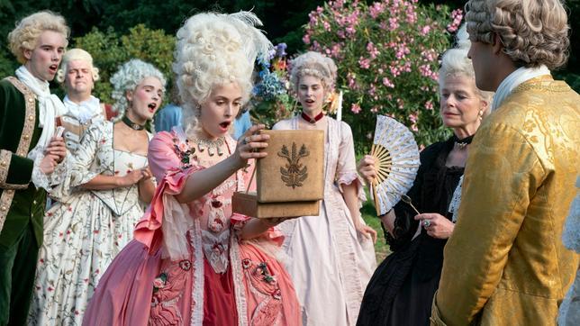 Prinzessin Aurora freut sich über Prinz Lazlos Geschenk.