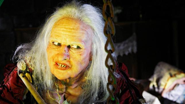 Die Hexe (Veronica Ferres) braut einen Trank.