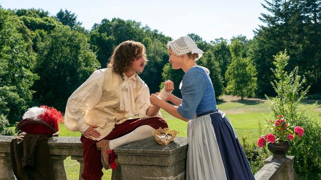 Kammerzofe Lisbeth (Luise von Finckh) verbindet Prinz Ludwigs (Jonas Lauenstein) verletzte Hand.