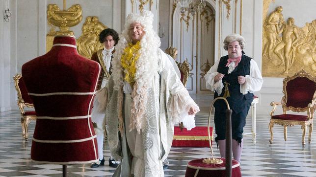 Der Kaiser (Matthias Brandt) scheint sich über die ganz spezielle Gewänder zu freuen; Quelle: WDR/Frank Schirrmeister
