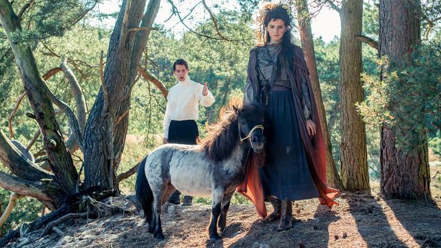 Der schöne, aber arrogante Prinz Himmelblau (Jonathan Berlin) und die hässliche, aber reine Fee Lupine (Ruby O. Fee); Quelle: Radio Bremen/Michael Ihle