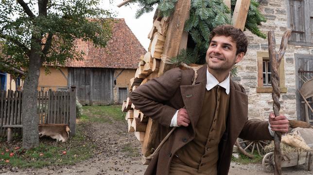 Für Hans (Lucas Reiber) ist kein Holz zu schwer, Foto: BR/Michael Boxrucker