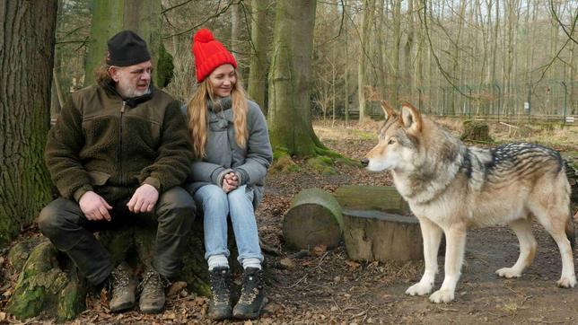 Mann und Mädchen mit Wolf