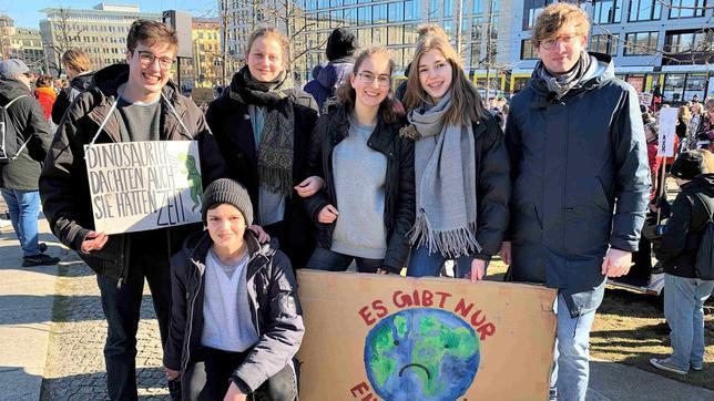 Robert mit den Jugendlichen des Orga-Teams von Fridays for Future Berlin bei der Demo am 22.02. in ihrer Stadt.