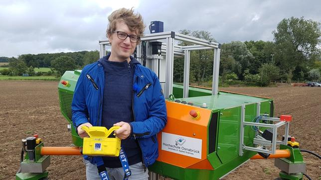 Robert nimmt einen vollautomatischen Feldroboter unter die Lupe