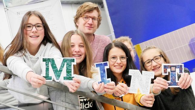 Robert und Schülerinnen mit den Buchstaben M-I-N-T