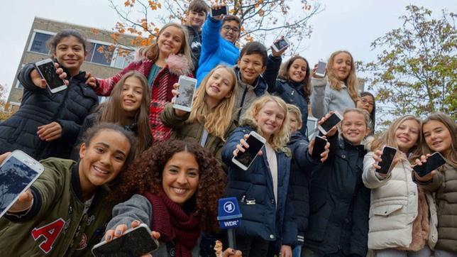 Siham mit Schulklasse, alle mit ihrem Smartphone