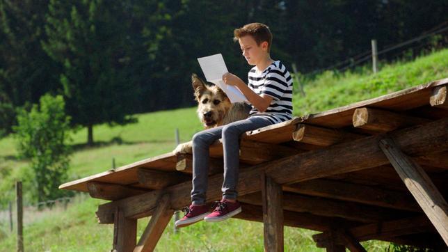 Flori (Leon / Lino de Greiff) liest Alois' Brief - gemeinsam mit Racko.