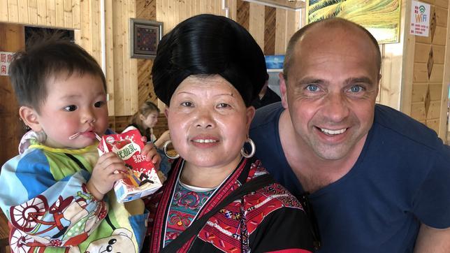 Play Korrespondent Mario Schmidt Mit Einer Yao Frau.